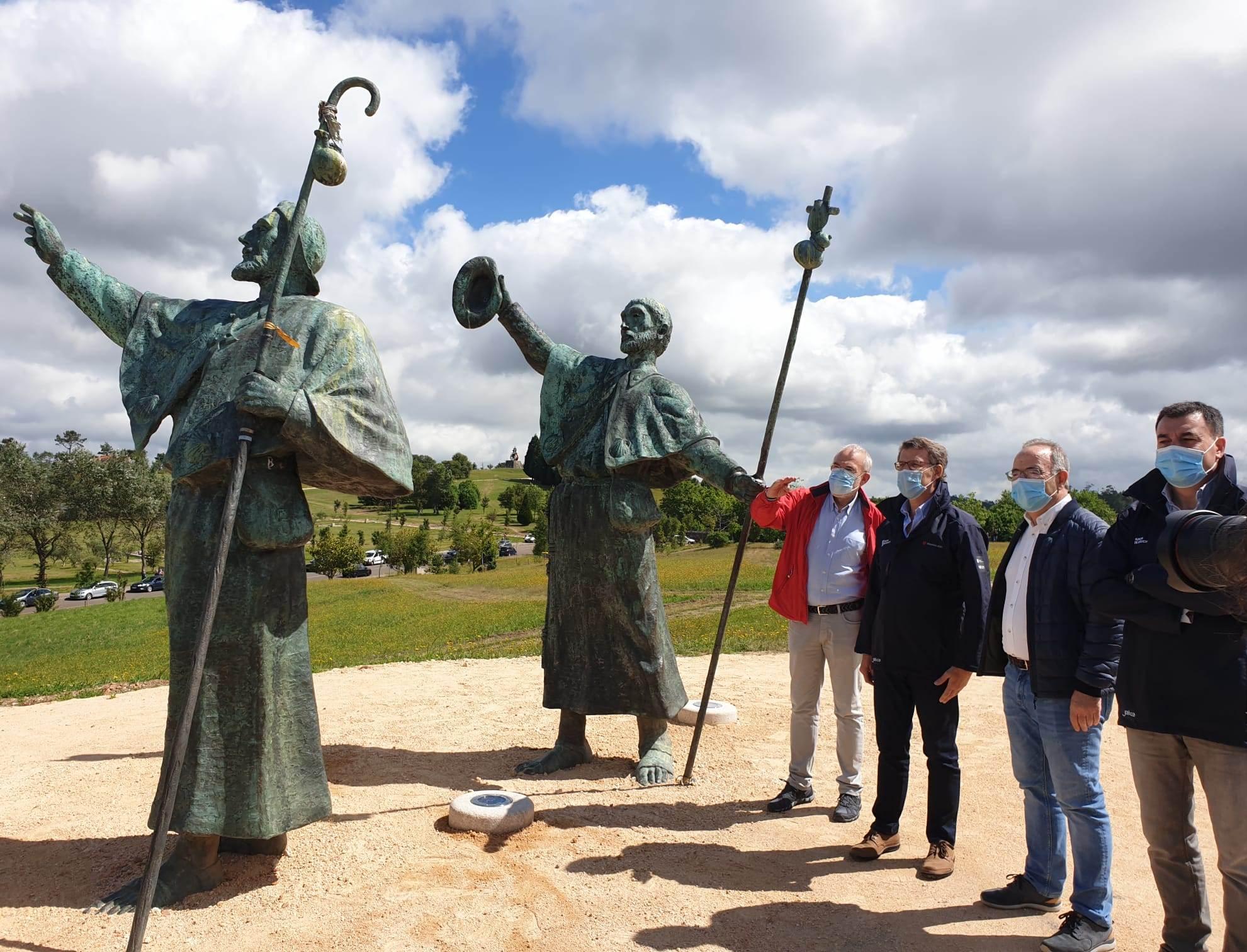 No monumento aos peregrinos do Monte do Gozo antes de iniciar o percorrido.