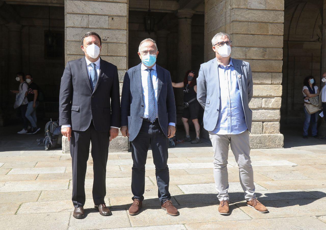 Sánchez Bugallo e González Formoso á súa chegada á Praza do Obradoiro xunto co deputado provincial de Promoción Económica Blas García