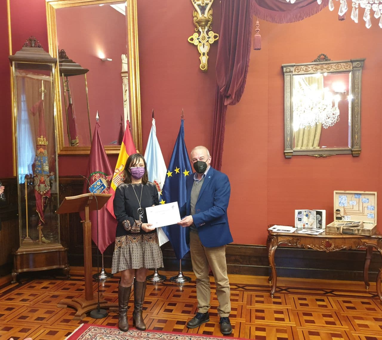 Alicia Eva Garea, terceiro premio. Entregoullo Xosé Lastra, presidente de Nova Escola Galega