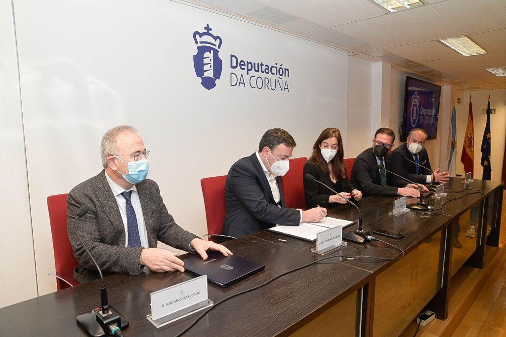 O alcalde de Santiago, xunto cos da Coruña e Ferrol, asinou o convenio co pesidente da Deputación