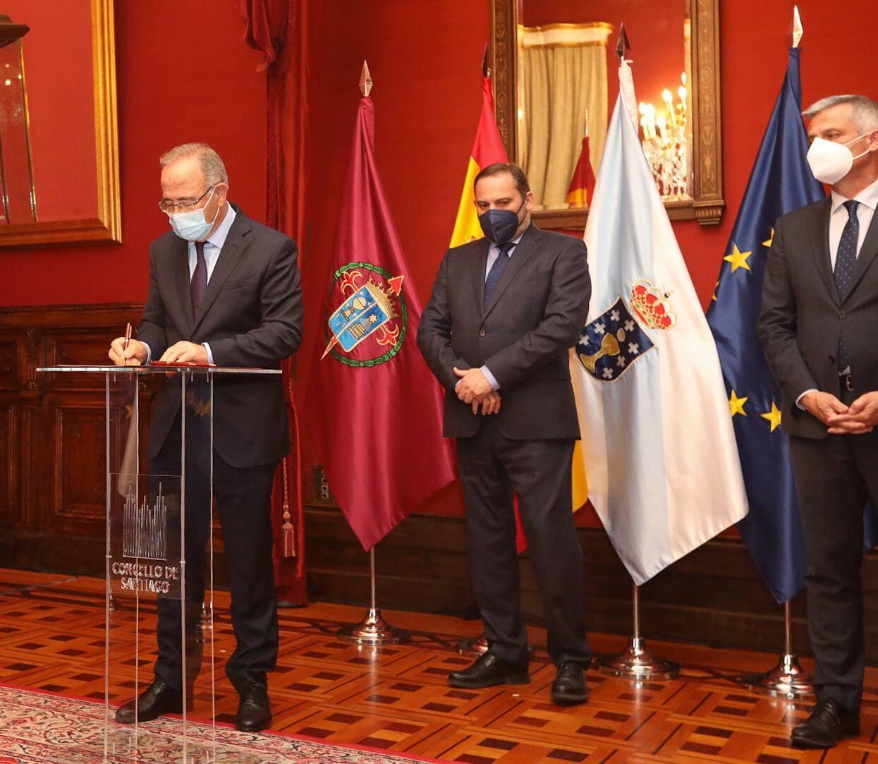 O alcalde de Santiago e o ministro de Transportes asinan o protocolo para o desenvolvemento e impulso dos obxectivos da Axenda Urbana